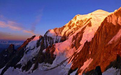 Alba sulla cresta del Peuterey (Monte Bianco)
