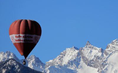 La mongolfiera vola incontro alla Becca di Tzaboc…