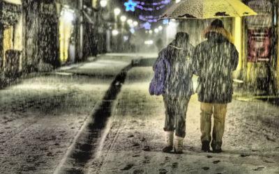 La neve sulla città in una notte d'inverno