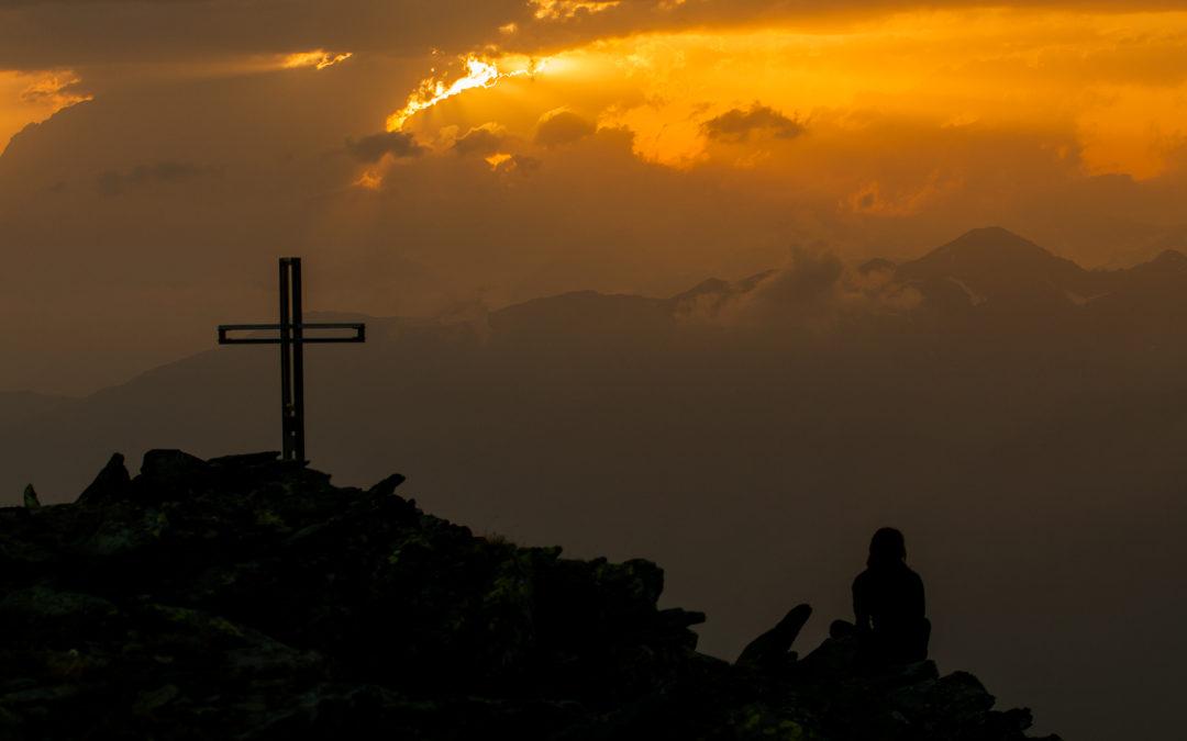 Donna in meditazione al tramonto