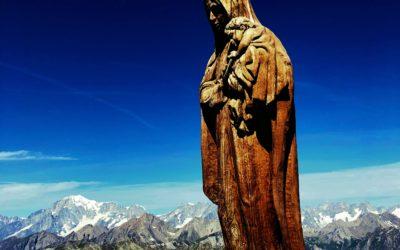 Scultura tra le montagne